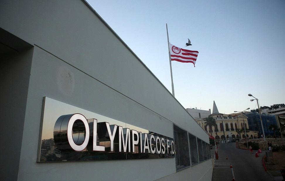 Μεσίστιες οι σημαίες στα γραφεία του Ολυμπιακού (pics) | to10.gr