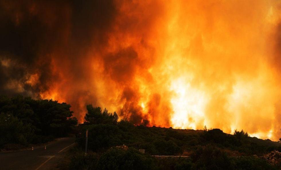 Σε εξέλιξη πυρκαγιά στη Σαρωνίδα Αττικής, πνέουν ισχυροί άνεμοι | to10.gr