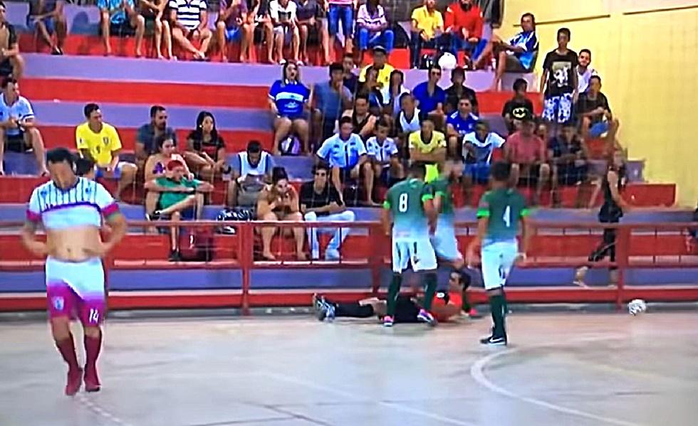 Παίκτης κλώτσησε διαιτητή στο κεφάλι στη Βραζιλία (vid) | to10.gr
