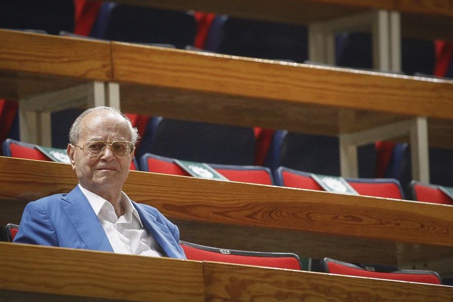 Σε λαϊκό προσκύνημα η σορός του Θανάση Γιαννακόπουλου   to10.gr