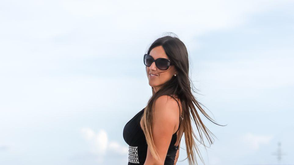 Claudia Romani: Το αεράκι… αποκάλυψε τους γλουτούς της | to10.gr