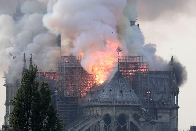Φλέγεται η Παναγία των Παρισίων – Κατέρρευσε το κωδωνοστάσιο του ιστορικού ναού | to10.gr