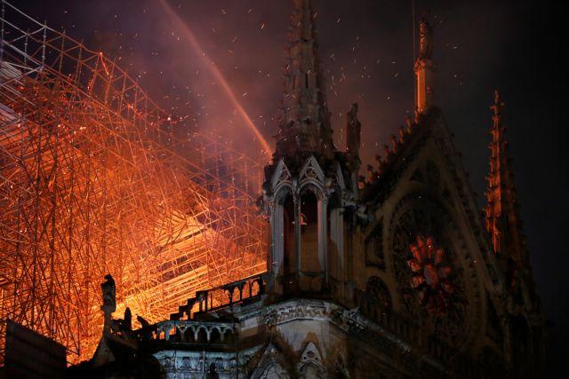 Παναγία των Παρισίων: Ολονύχτια μάχη με τις φλόγες – Ανυπολόγιστες καταστροφές (pics+vids) | to10.gr