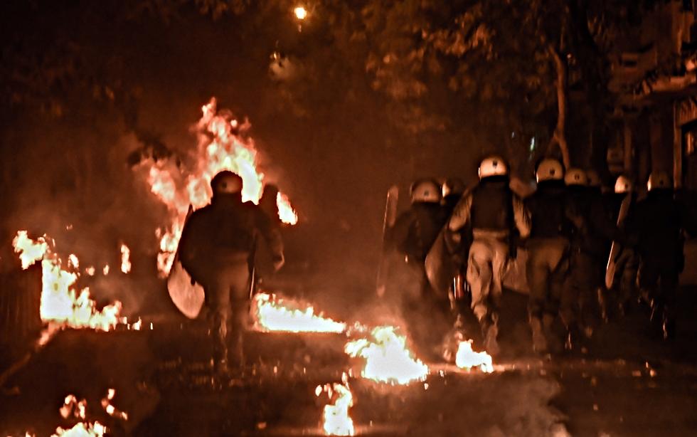 Νύχτα πυροβολισμών, μολότοφ και εμπρησμών σε Εξάρχεια και συνοικίες | to10.gr