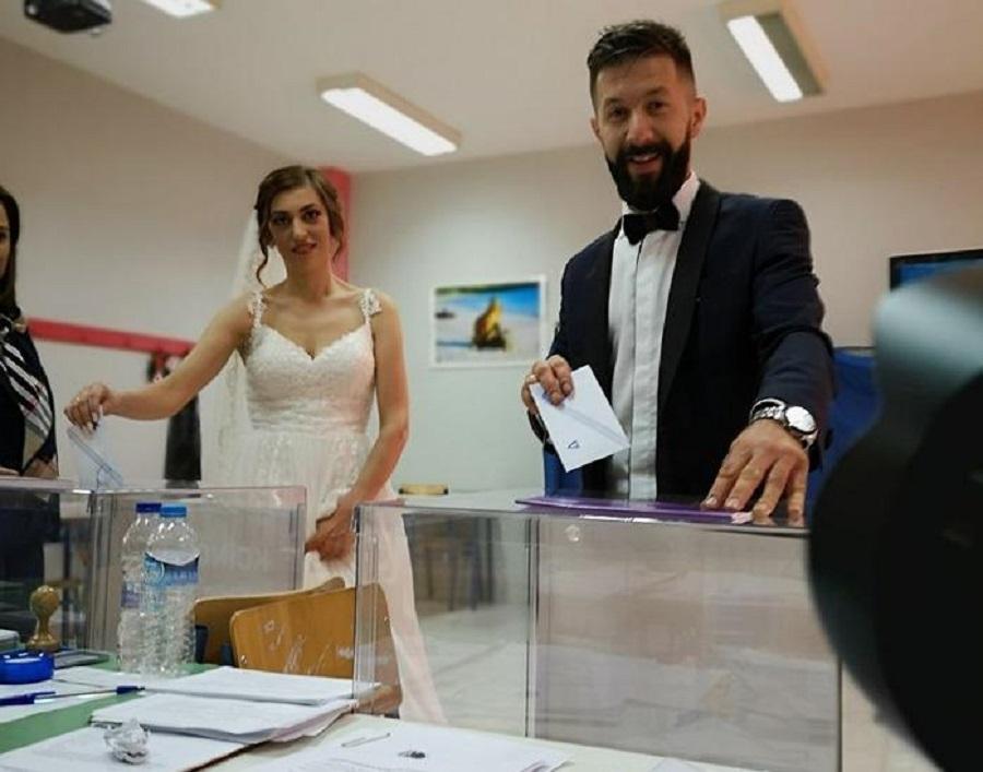 Viral: Παντρεύτηκαν και πήγαν να ψηφίσουν με το νυφικό και το γαμπριάτικο (pic) | to10.gr