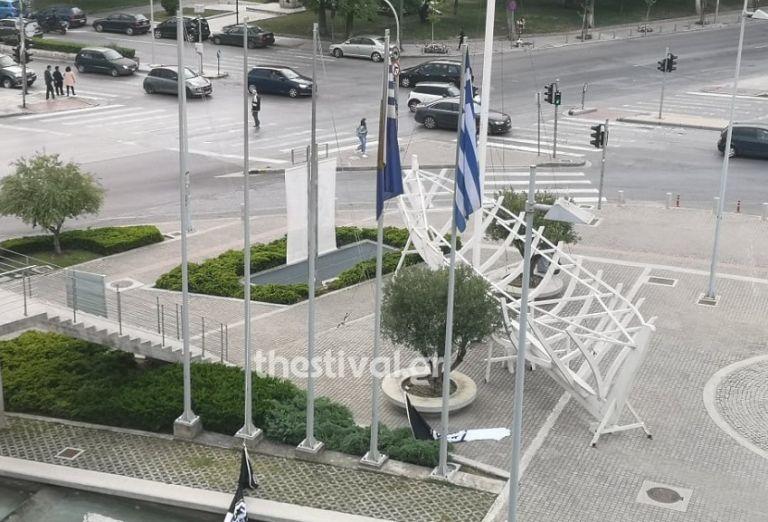 Άγνωστοι κατέβασαν τις σημαίες του ΠΑΟΚ έξω από το δημαρχείο της Θεσσαλονίκης! | to10.gr