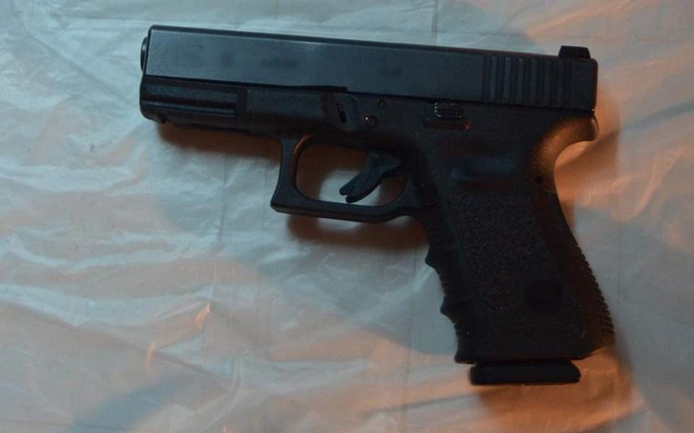 Όπλα, αλεξίσφαιρα γιλέκα και μπουφάν με την ένδειξη «POLICE» στην κατοχή των ληστών του ΑΧΕΠΑ | to10.gr