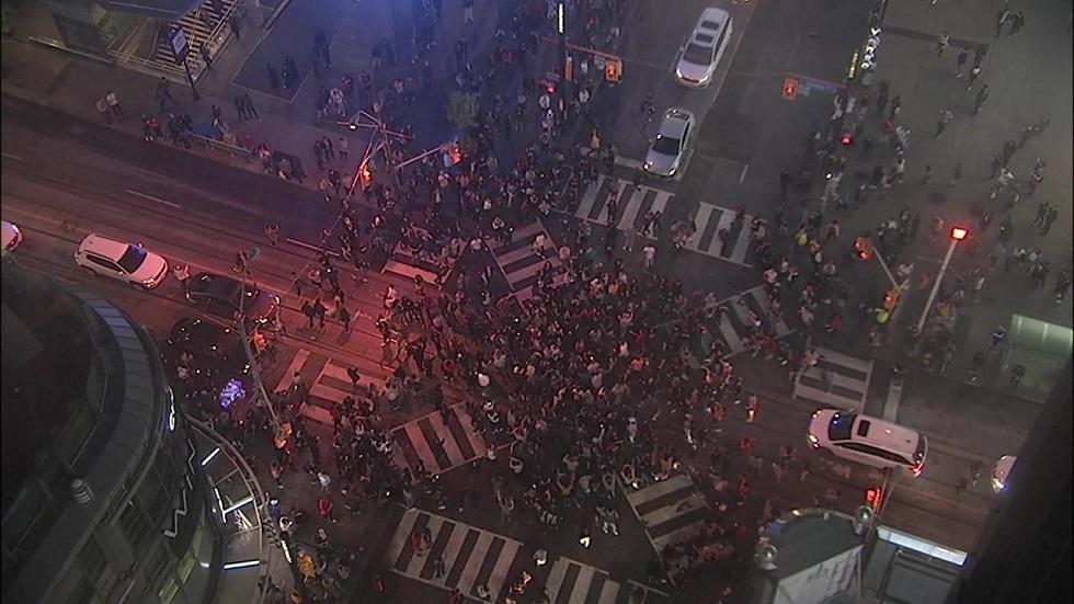 «Χαμός» στο Τορόντο: Χιλιάδες κάτοικοι στους δρόμους για τους πρωταθλητές! (vid) | to10.gr