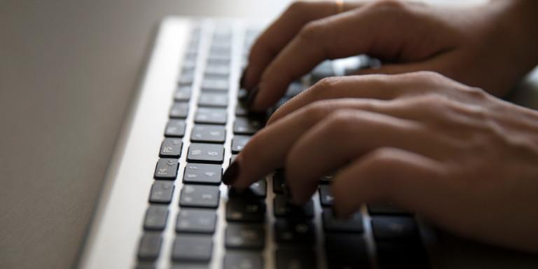 Συνελήφθη αλλοδαπή που ανέβαζε στο διαδίκτυο πορνογραφικό υλικό με ανήλικες | to10.gr