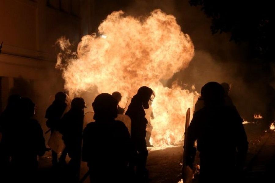 Μπαράζ επιθέσεων με μολότοφ κατά των ΜΑΤ στα Εξάρχεια – Κάηκε ΙΧ | to10.gr