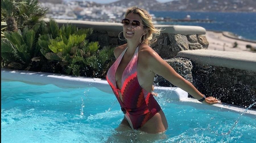 Η Κωνσταντίνα Σπυροπούλου απολαμβάνει το μπάνιο της σε πισίνα στη Μύκονο | to10.gr