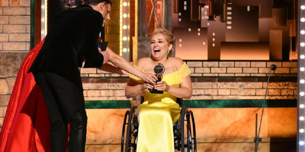 Αλι Στρόκερ: Η πρώτη ηθοποιός σε αμαξίδιο που μόλις κέρδισε βραβείο Tony – Όλοι οι νικητές (pic & vid) | to10.gr