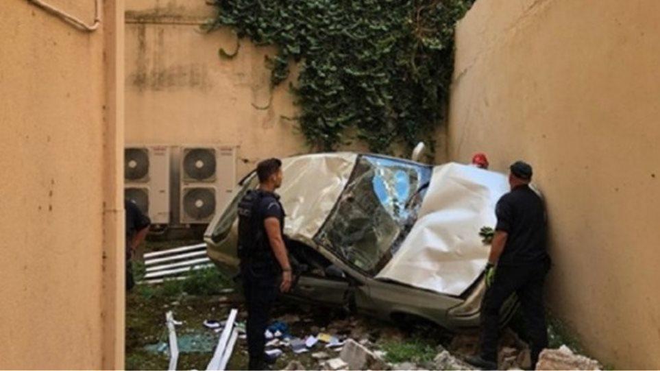 Αυτοκίνητο «προσγειώθηκε» σε… ακάλυπτο πολυκατοικίας (pic) | to10.gr