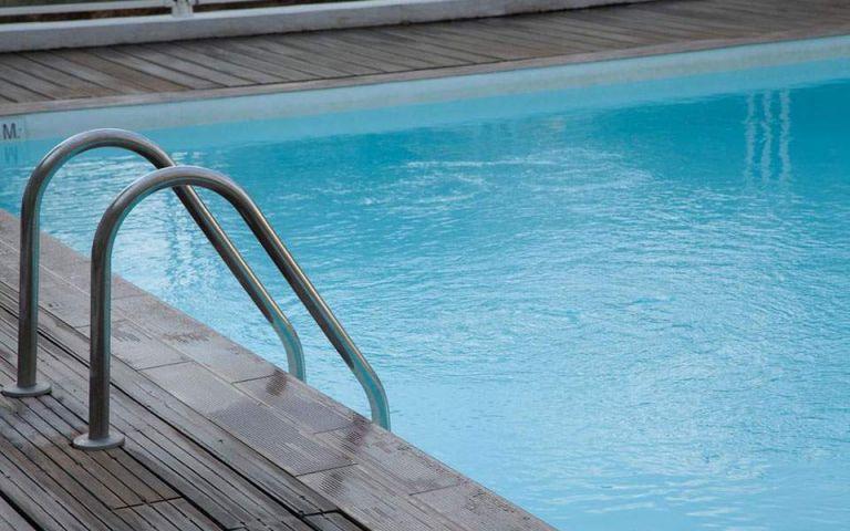 Μπάνιο σε πισίνα : Ποια είναι τα πιο συχνά μικρόβια   to10.gr