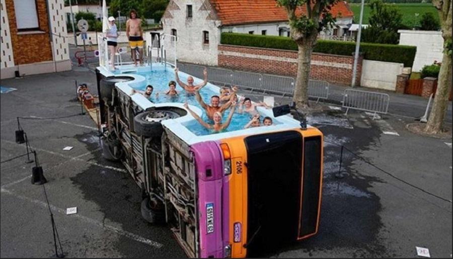 Βουτώντας σε ένα… λεωφορείο   to10.gr
