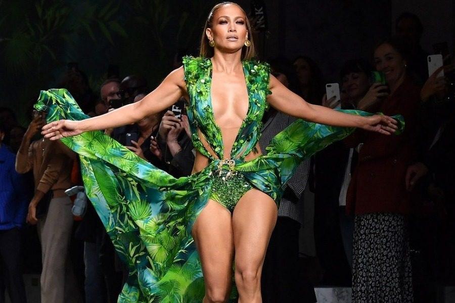 Όλοι παραμιλάνε για την Jennifer Lopez ‑ Φόρεσε ξανά το θρυλικό πράσινο φόρεμα   to10.gr
