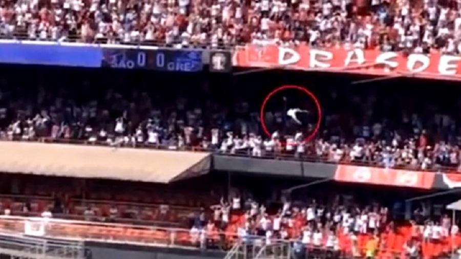 Απίστευτο: Οπαδός έπεσε από κερκίδα ύψους 12 μέτρων πάνω σε 13χρονη! (vid) | to10.gr
