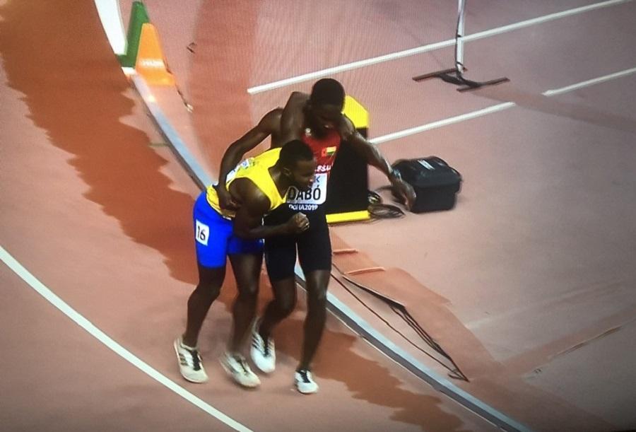 Το μεγαλείο του αθλητισμού: Αθλητής αφήνει τον αγώνα για να βοηθήσει συναθλητή του (pic & vid)   to10.gr