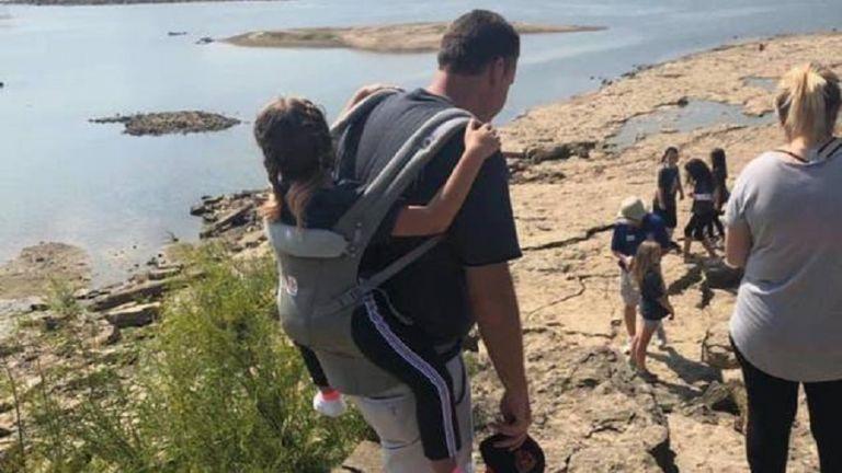 Viral : Δάσκαλος μεταφέρει στην πλάτη του ανάπηρη μαθήτρια σε κάθε εκδρομή | to10.gr