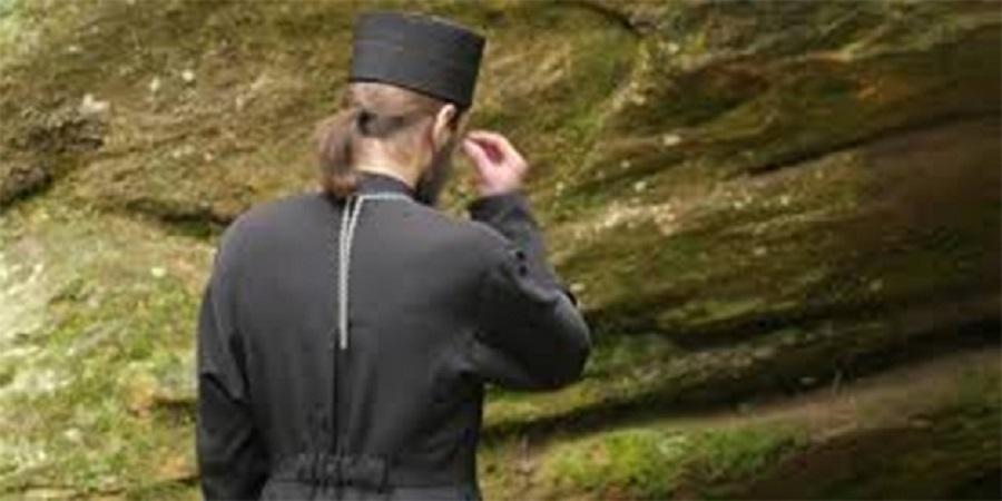 Ιερέας αστυνομικός με πολυβόλο εύχεται καλή βάρδια και ζητά… συγχώρεση | to10.gr