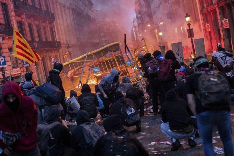 Νύχτα πύρινης κόλασης στη Βαρκελώνη: Άγριες συγκρούσεις αστυνομικών με αυτονομιστές | to10.gr