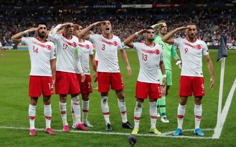 Οι Τούρκοι ξαναχτύπησαν με στρατιωτικό χαιρετισμό | to10.gr