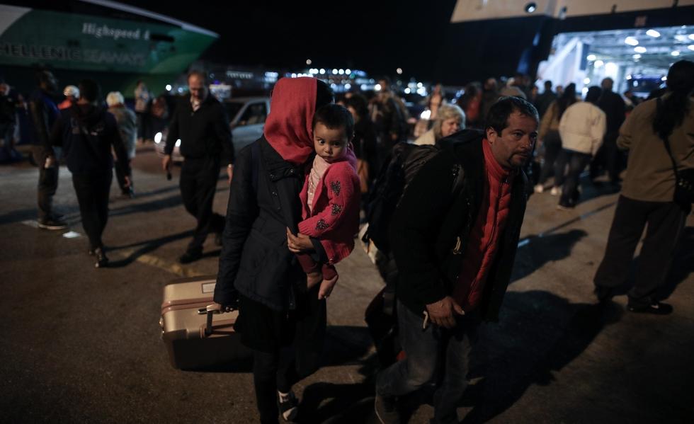 Έφτασαν 70 πρόσφυγες και μετανάστες στον Πειραιά   to10.gr