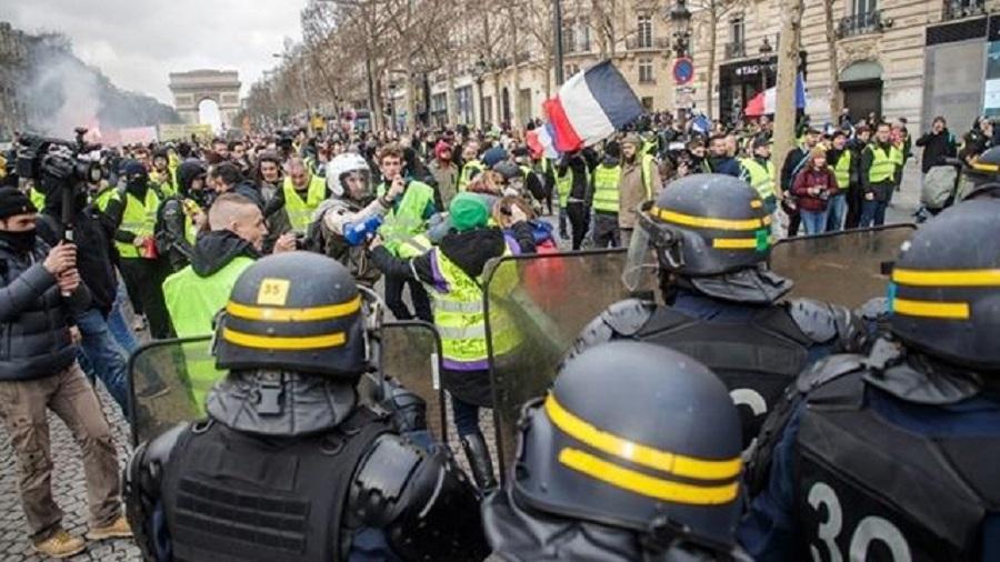 Ξεκινά η πρώτη δίκη αστυνομικού για βιαιοπραγίες κατά των «κίτρινων γιλέκων» στο Παρίσι   to10.gr