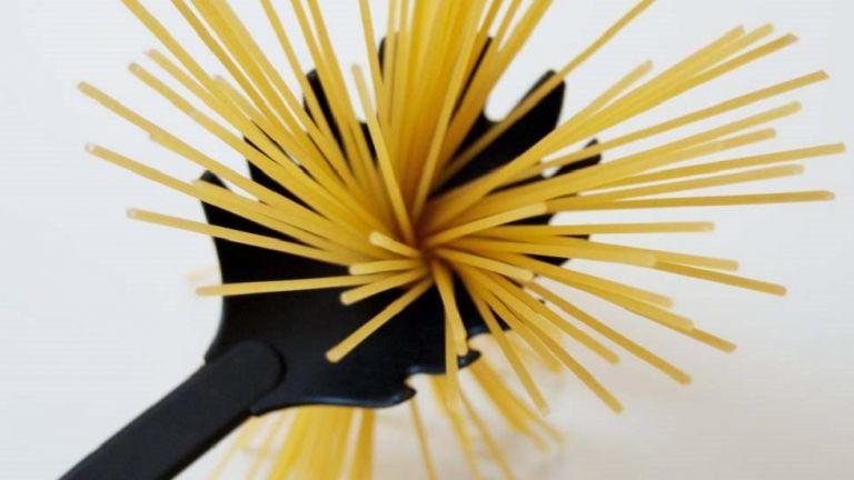 Γιατί η κουτάλα για τα μακαρόνια έχει τρύπα στη μέση; (pic) | to10.gr