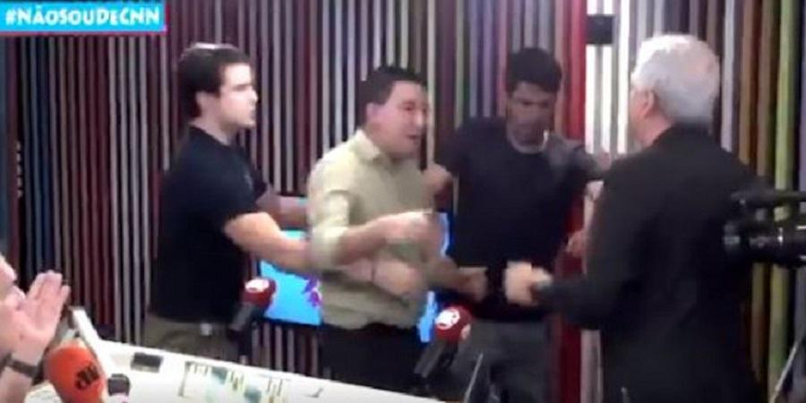 Ξύλο σε ραδιοφωνικό στούντιο – Δημοσιογράφοι πιάστηκαν στα χέρια (vid) | to10.gr