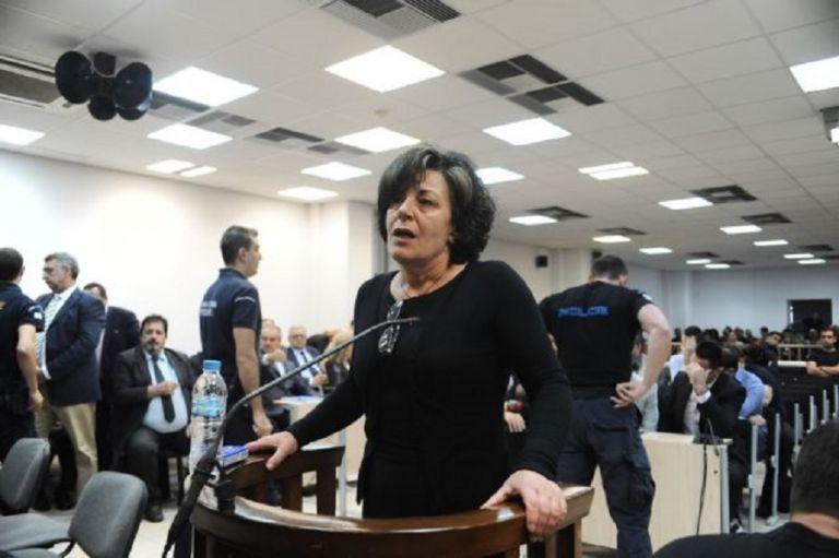 Μάγδα Φύσσα σε εισαγγελέα: «Απαντήστε μου, ξαναμαχαιρώσατε σήμερα τον Παύλο;» | to10.gr