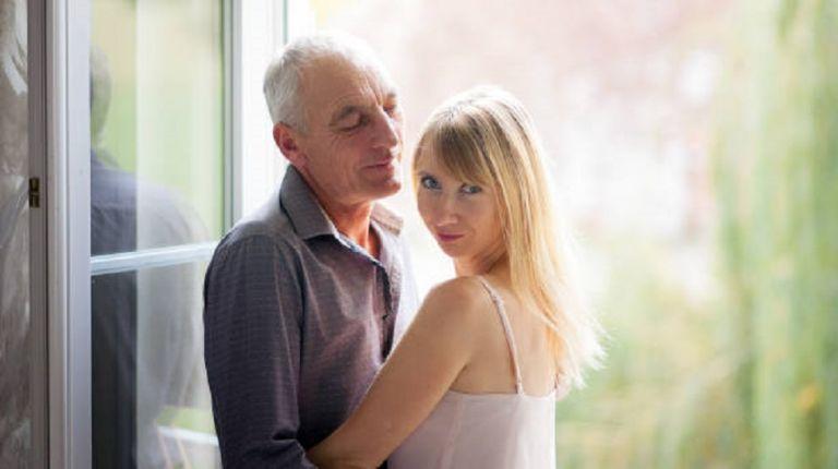 Νεαρή βγαίνει μόνο με πλούσιους ηλικιωμένους άνδρες αλλά με έναν όρο | to10.gr