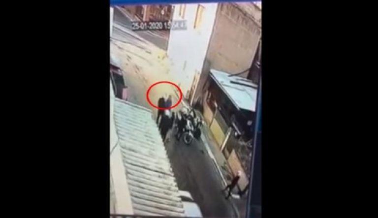 Aστυνομικός χτύπησε 11χρονο αγόρι στη μέση του δρόμου   to10.gr