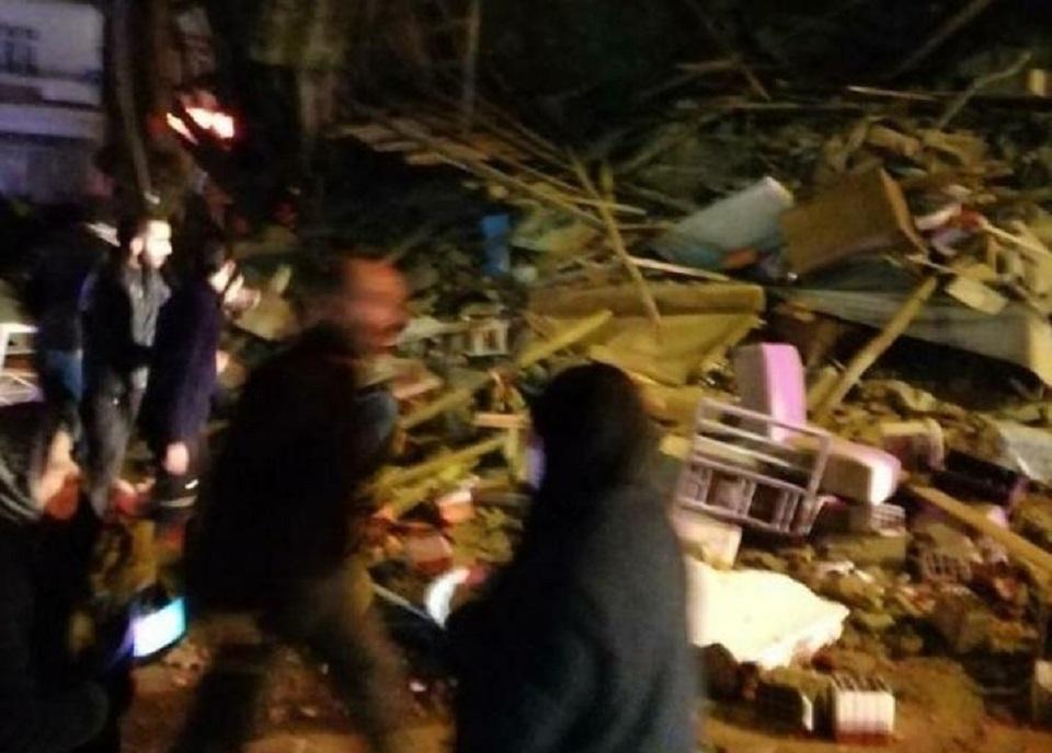 Σκηνές σοκ : Κτίρια καταρρέουν στην Τουρκία μετά τον σεισμό των 6,8 Ρίχτερ   to10.gr