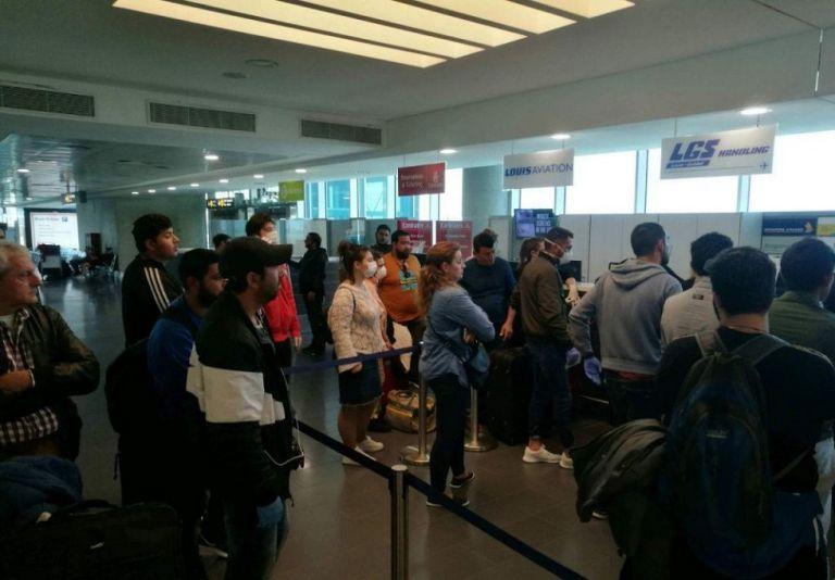 Χάος στο αεροδρόμιο της Λάρνακας – Έλληνες στην ουρά για ένα εισιτήριο χωρίς προστασία | to10.gr
