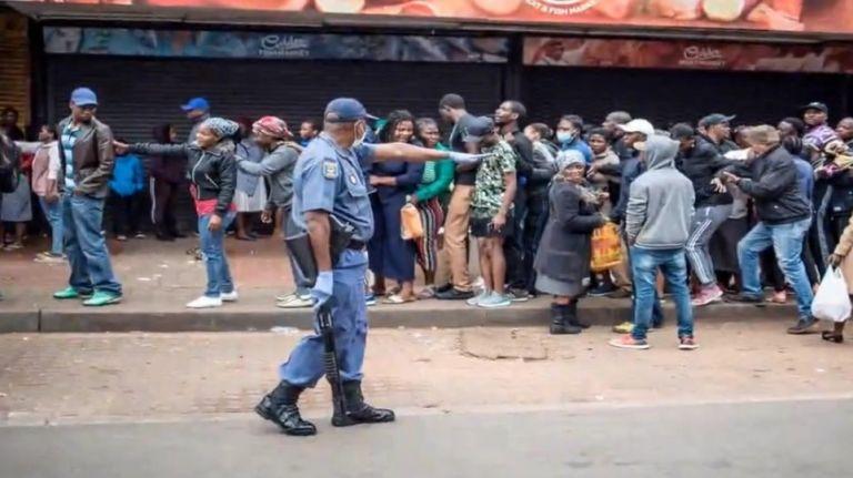 Κορωνοϊός – Νότια Αφρική: Πυρά αστυνομικών για να διαλύσουν πληθος έξω από σούπερ μάρκετ | to10.gr