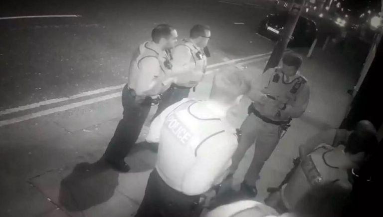 Απίστευτη γκάφα! 200 αστυνομικοί μπούκαραν σε… κλειστό comedy club (vid) | to10.gr