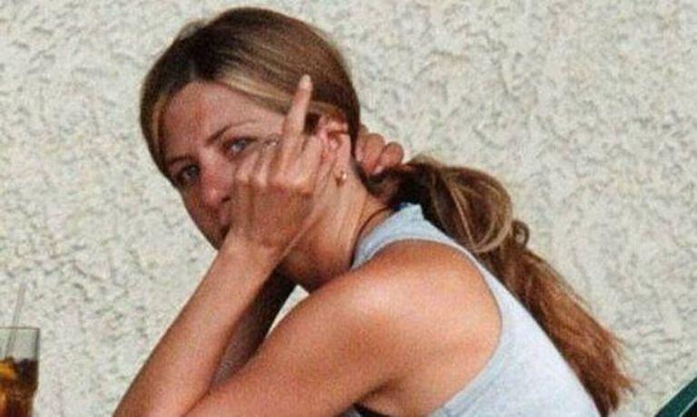 Τζένιφερ Άνιστον: Σε ποιον ύψωσε το μεσαίο δάχτυλο και έγινε viral | to10.gr