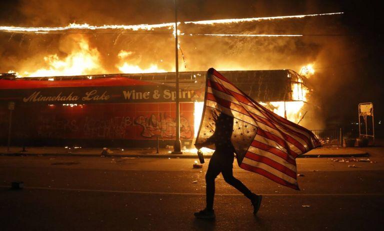 «I can't breathe»: Οι Ηνωμένες Πολιτείες «φλέγονται» – Εμπρησμοί, λεηλασίες και βανδαλισμοί | to10.gr
