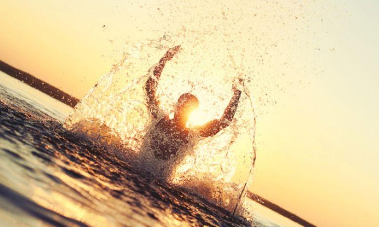 Ασκήσεις στην θάλασσα: Ποιες να κάνετε – Ποια τα σημαντικά οφέλη υγείας | to10.gr