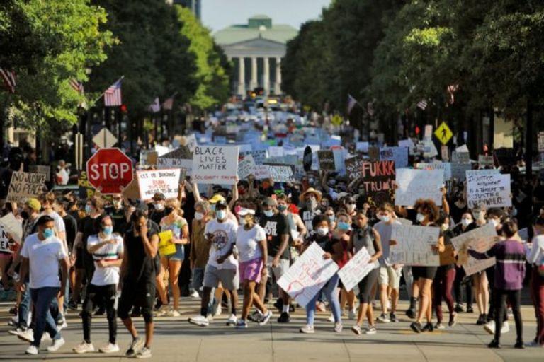 Οι διαδηλώσεις συνεχίζονται και ο Τραμπ τον… χαβά του – Χαροπαλεύει Ελληνοαμερικάνος αστυνομικός | to10.gr