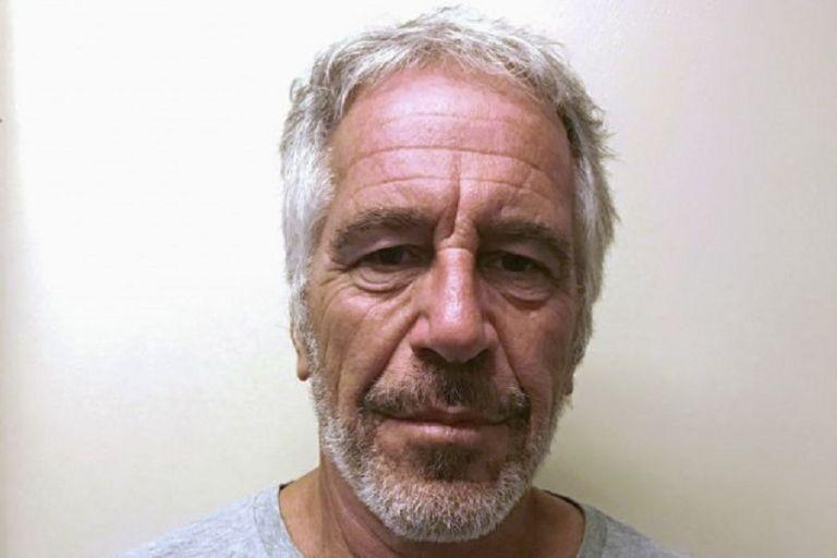 Συνελήφθη από το FBI η σύντροφος του Τζέφρι Επστάιν   to10.gr