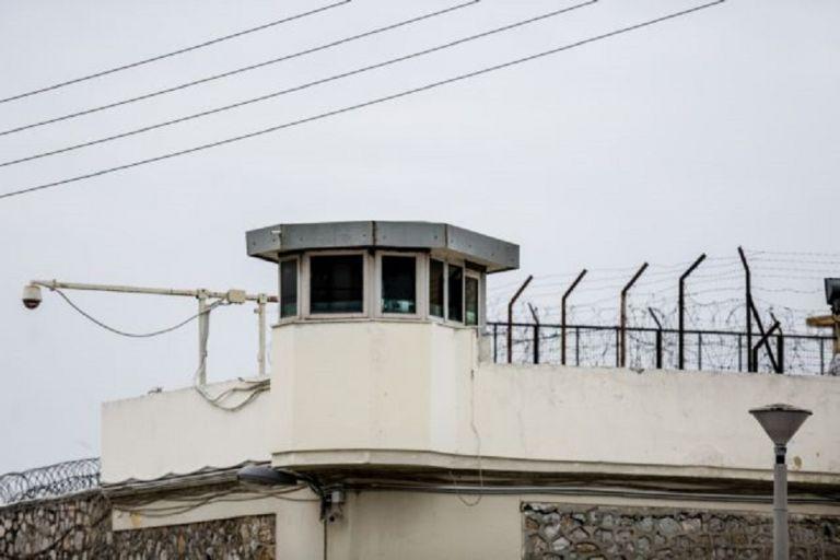 Ναρκωτικά, μαχαίρια, σουβλιά και κινητά τηλέφωνα στις φυλακές Κορυδαλλού και Δομοκού | to10.gr