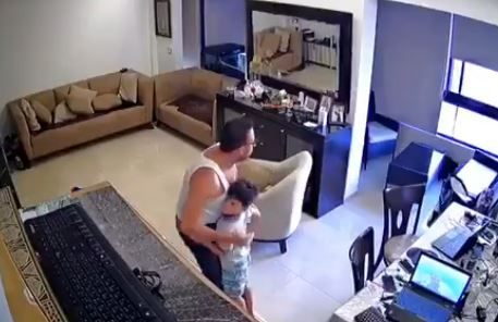 Βηρυτός : Βίντεο «γροθιά στο στομάχι» – Πατέρας προσπαθεί να προστατέψει το παιδί του | to10.gr