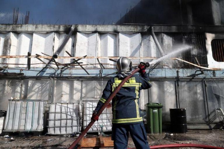 Ενισχύονται οι πυροσβεστικές δυνάμεις στο εργοστάσιο πλαστικών – Καπνοί έχουν καλύψει τον αττικό ουρανό | to10.gr