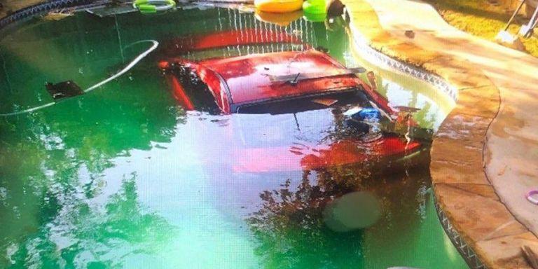 Mέθυσε και έπεσε με το αυτοκίνητό του στην… πισίνα!   to10.gr