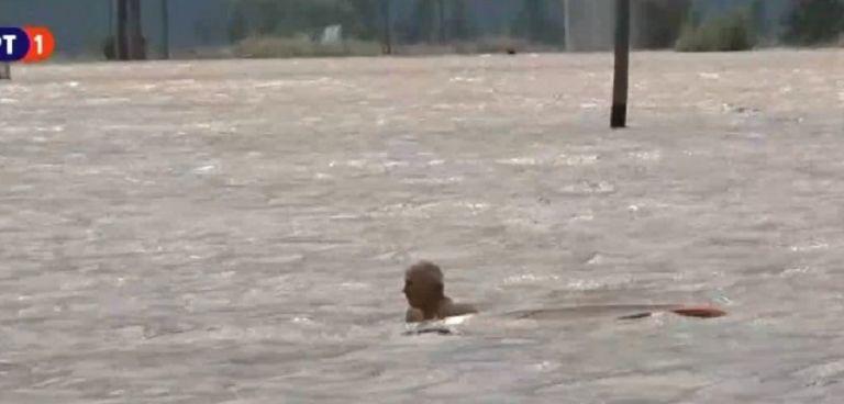 Φάρσαλα : Συγκλονιστικό βίντεο με τη διάσωση άνδρα που είχε ανέβει στο αυτοκίνητό του – Τον έσωσαν με βάρκα   to10.gr