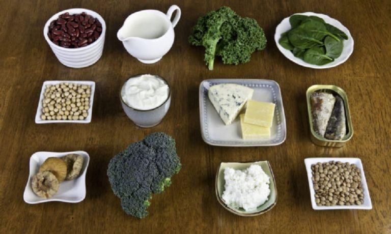 Οστεοπενία : Ποιες τροφές βοηθούν και πώς να βρείτε πόσο ασβέστιο παίρνετε από αυτά που τρώτε   to10.gr