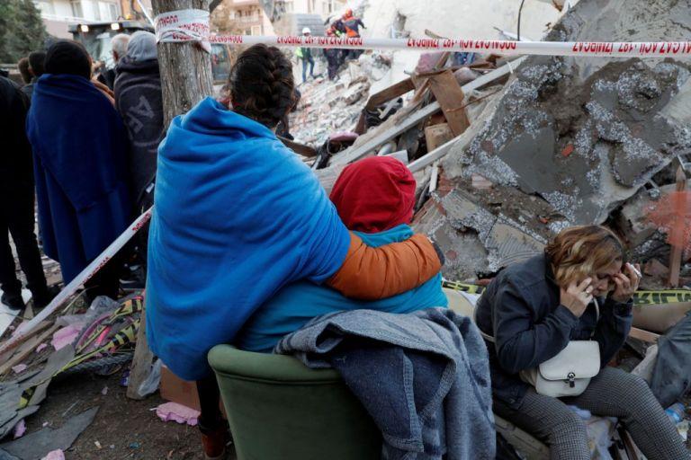 Στους 26 οι νεκροί στη Σμύρνη από τον σεισμό – Αγωνία για τους παγιδευμένους στα συντρίμμια | to10.gr