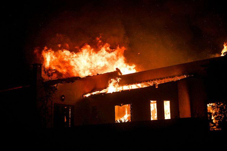 Συναγερμός : Καίγεται ολοσχερώς τριώροφο νεοκλασικό στον Κολωνό | to10.gr